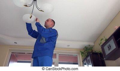 ampoules, lumière, haut, chandelier., gouvernante, montée, changement, homme