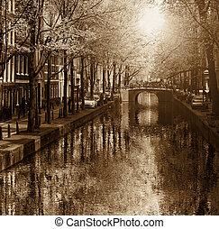 amsterdam, mit, kanal, in, der, stadtzentrum, netherlands