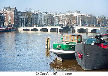 Pitone amsterdam ponte ponte come pitone forma for Houseboat amsterdam prezzi