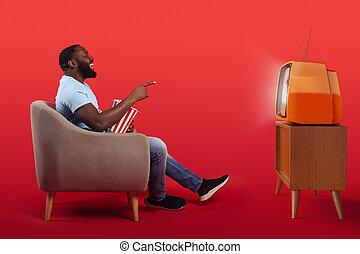amusé, popcorns, regarder, quoique, film, fauteuil, maison, séance, rouges, téléspectateur, fond, manger