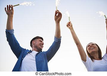 amusant, jeune, sparklers, quelques-uns, couple