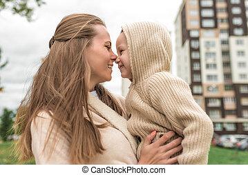 amusement, automne, peu, fils, emotions., maman heureuse, bâtiment, garçon, vieux, clothes., femme souriant, beige, hood., chandail, années, ville, positif, désinvolte, jouer, avoir, 3-5, fond