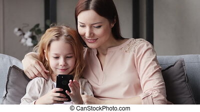 amusement, avoir, utilisation, maman, fille, mignon, téléphone, gosse, intelligent