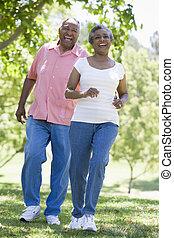 amusement, couple, parc, personne agee, avoir