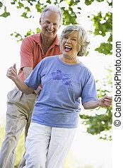 amusement, couples aînés, dehors, avoir