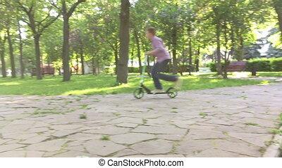amusement, garçon, scooter, parc, avoir