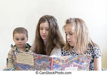 amusement, gosses, lumière, apparence, trois, book., deux, arrière-plan., brother., soeurs, lecture, avoir, européen