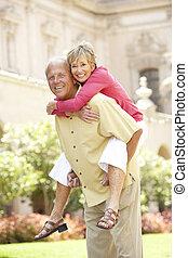 amusement, ville, couple, personne agee, avoir