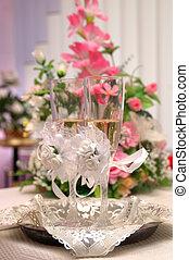 anéis casamento, ligado, um, satiny, tecido