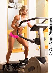 an, 有吸引力, 年輕婦女, 使用, a, 步驟机器, 在  體操裡