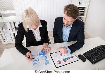 analysieren, finanziell, businesspeople, schaubilder