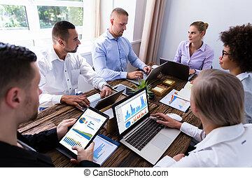 analysieren, gruppe, businesspeople, schaubilder