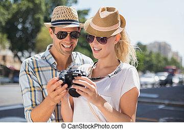 anca, coppia, giovane guardare, loro, macchina fotografica