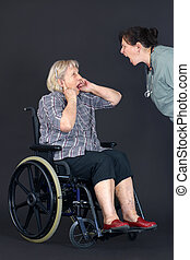 ancião, abuso, mulher sênior, sendo, shouted, em, por,...