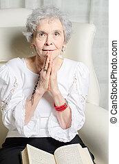 anciana, con, biblia, y, rosario, rezando