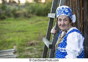 anciana, en, étnico, ropa, outdoors., imagen, con, espacio, para, su, text.
