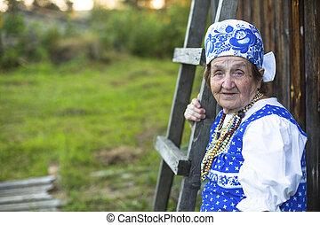 anciana, en, eslavo, ropa, outdoors., imagen, con, espacio, para, text.