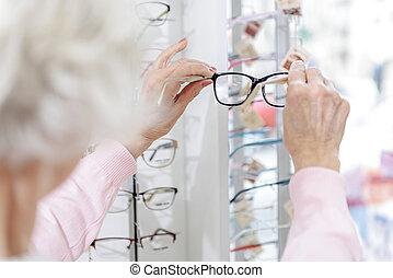 Mantener, mujer, viejo, gustar, eyewear. Más joven, hoja ...