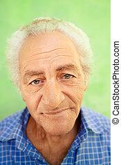 anciano, cámara, retrato, hombre sonriente, caucásico, feliz