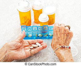 anciano, manos, clasificación, píldoras