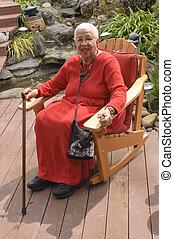 anciano, mujer americana africana, sentado, en, jardín