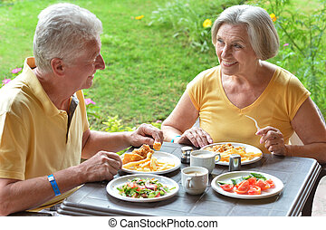 anciano, pareja, desayunándose