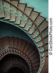 ancien, intérieur, à, vieux, bois, spirale, escalier