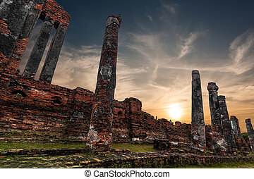 Ancient Buddhist pagoda ruins at Wat Phra Sri Sanphet temple und