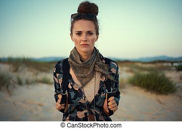 andando gita, donna, turista, adattare, natura, ritratto, ingranaggio