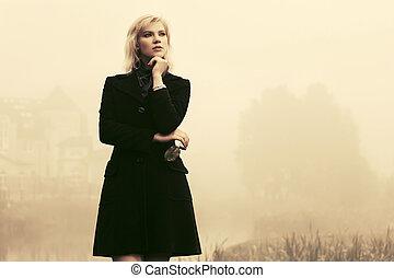 andar, ao ar livre, agasalho, mulher jovem, pretas, nevoeiro, moda