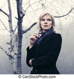 andar, ao ar livre, clássicas, agasalho, mulher jovem, pretas, nevoeiro, moda
