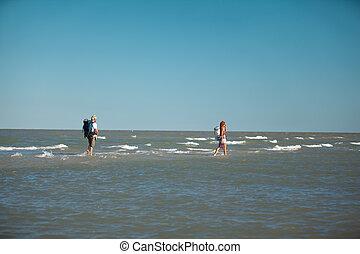 andar, cercado, par jovem, água, mochilas