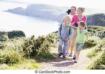 andar, família, apontar, cliffside, caminho, sorrindo