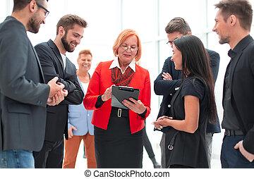 andar, grande, delegados, grupo, formalwear, jovem, maduras