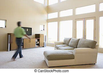 andar homem, através, sala de estar