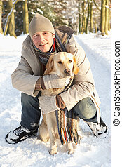 andar homem, cão, através, nevado, bosque