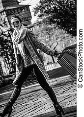 andar, mulher, casaco pele, milão, elegante, itália, sorrindo