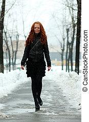 andar, mulher, jovem, neve, baixo, rua, coberto