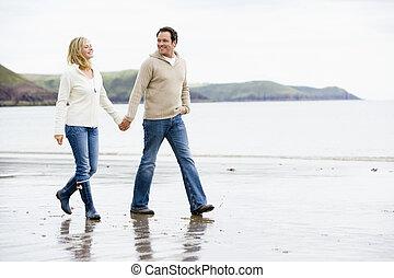 andar par, ligado, praia, segurar passa, sorrindo
