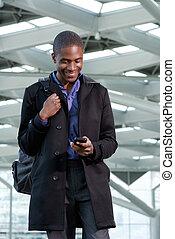 andar, telefone negócio, móvel, saco, africano, homem sorridente