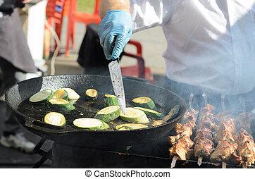 andelar, panorera, kokt, gata, kniv, festival, kock, vänder, kebab., grill, mat., stekande, zucchini, matlagning, nästa, lögner, fräsning