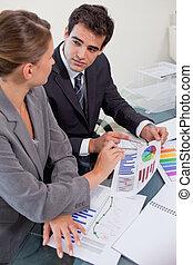anden, statistik, hold portræt, mens, indstudering, firma, kigge, hver, møde rum