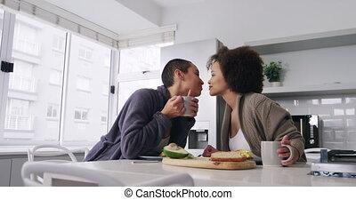 anderen, paar, lesbische , elke, keuken, kussende
