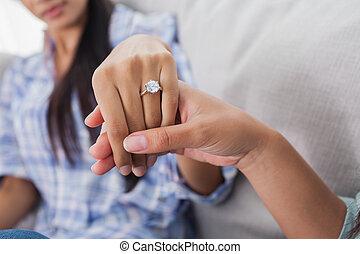 anel acoplamento, ligado, mão mulher