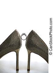 anel casamento, com, diamante, noiva, sapatos