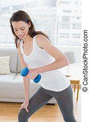 anfald, kvinde, exercising, hos, dumbbell, ind, duelighed, studio