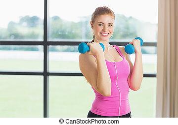 anfald, kvinde, exercising, hos, dumbbells, ind, duelighed, studio