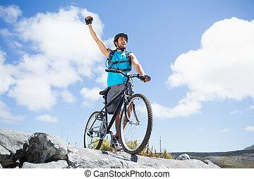 anfald, mand cycling, på, rocky terræn, og, cheering