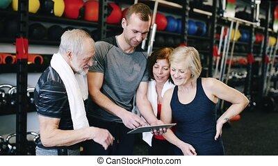 anfall, ältere, in, turnhalle, mit, persönlicher trainer,...