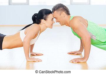 anfall, ehepaar., mann frau, machen, liegestütz, schauen, zu, einander